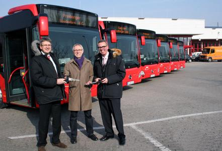 Volker Speck (links), Direktor der Mercedes-Benz Niederlassung und Paul Senghas (rechts), EvoBus GmbH Verkauf Omnibusse MB Region Suedwest, übergaben die sechs neuen Busse an den Unternehmensbereichsleiter Fahrzeugtechnik und Werkstätten der VAG, Welf Kabus