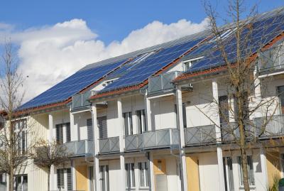 Doppel-Kraftwerke auf dem Dach: Solarthermie und Photovoltaik mit und ohne Energiespeicher bleiben auch weiterhin mit KfW-Kreditprogrammen attraktiv.
