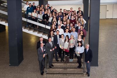 125 Studierende der Hochschule Osnabrück haben ein Landesstipendium 2017 erhalten. Bürgermeister Burkhard Jasper (unten rechts) lobte die wichtigen Impulse der Studierenden für die Stadt und die Politik / Foto: Daniela Rösler
