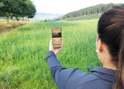 Foto (Sauerland-Tourismus e.V. / Nadja Reh):  Julia Fust vom Sauerland-Tourismus hat die neue Version der Sauerland&Siegen-Wittgenstein-App bereits auf ihr Smartphone geladen