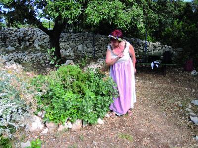Pensionswirtin Sonja erklärt die Vorzüge der Kräuter, aus denen sich die Gäste später mit Öl oder Meersalz selbst Souvenirs für die Küche oder zum Baden mischen dürfen.