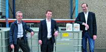 Die Geschäftsleitung der Alfred Clouth Lackfabrik, Constantin Clouth (m.) und Alexander Eisenacher (r.) mit dem technischen Leiter Dr. Achim Völker (l.).