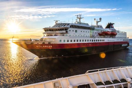 Hurtigrutenschiff MS Polarlys in der Abendsonne