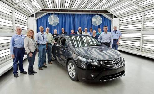 Das erste Vorserienfahrzeug des Opel Ampera rollte jetzt von der Fertigungslinie ein wichtiger Meilenstein auf dem Weg zur Markteinführung Ende nächsten Jahres. Im Bild das Team mit Chefingenieur Andrew Farah (Zweiter von rechts)