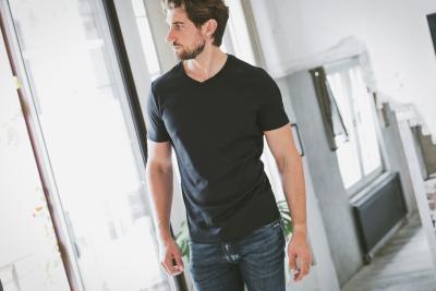 Das T-Shirt ist als Kleidungsstück für jeden Tag ein 'essential' – ebenso wichtig wie selbstverständlich. Und Mann kann darin selbstverständlich jeden Tag gut aussehen. Foto: FITZYOU