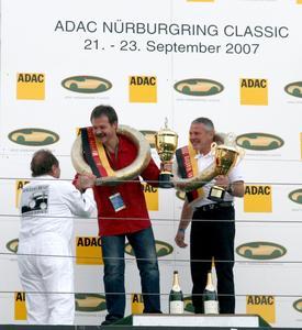 Bernd Wurth und Uwe Heusel (rechts im Bild) nehmen von Jochen Mass Glückwünsche entgegen
