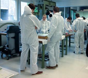 Studierende der Ingenieurwissenschaften und des Industriedesigns werden in dem mittlerweile 84. Labor der Hochschule Osnabrück praktisch an diesen Hochleistungswerkstoff herangeführt. (Foto: Hochschule Osnabrück)