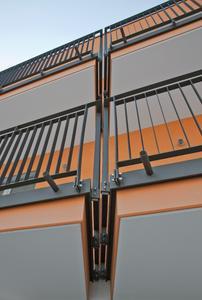 Die Metallgeländer der Balkone wurden vom Weinheimer Maler- und Stuckateurbetrieb Haring mit Capalac DSB 703 lackiert, Foto: Caparol Farben Lacke Bautenschutz/Martin Duckek