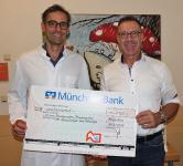 Prof. Dr. Tobias Feuchtinger (li.) freut sich über die schon fast traditionelle Spender der Dachdecker-Innung München-Obb., die von Obermeister Josef Frank (re.) überreicht wird