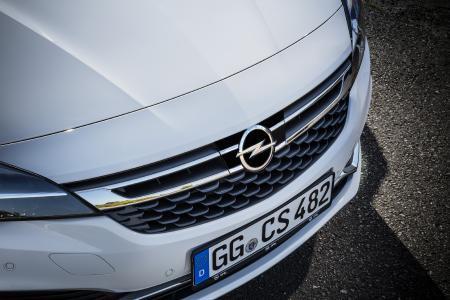 Opel Astra mit adaptivem Geschwindigkeitsregler