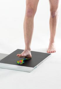 Eine Fußdruckmessung zeigt die Belastungsverteilung beim Auftreten und Abrollen. Orthopädische Einlagen von medi gleichen die Fehlbelastungen aus und geben vielen Menschen wieder ein schmerzfreies Laufgefühl zurück