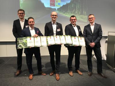 """Die Marken der Knaus Tabbert GmbH erhielten bei der Verleihung des """"Caravan und Reisemobil des Jahres 2020"""" zahlreiche Auszeichnungen. Die Produktmanager Florian Hopp (WEINSBERG, 2.v.l.), Jürgen Thaler (KNAUS, Mitte) und Armin Mäder (TABBERT, 2.v.r.) nahmen die Preise von den Motorpresse-Chefredakteuren Ingo Wagner (l.) und Dominic Vierneisel (r.) entgegen / Foto: Knaus Tabbert GmbH"""