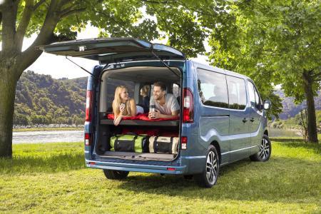 Perfekt für Camping-Ausflug oder Wochenendtrip: Beim neuen Opel Vivaro Life ist die Übernachtungsmöglichkeit gleich mit an Bord – dank dritter Sitzreihe, die per cleverem Mechanismus zu einem bequemen Bett umklappbar ist