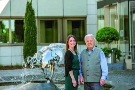 Meiko-Mitarbeiter von damals und heute: Svenja Jäger und Richard Lehmann, ein Treffen zwischen Alt und Jung am Brunnen