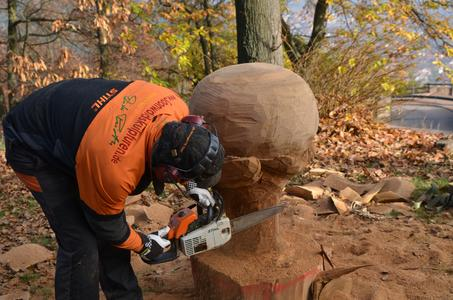 Kettensägenkünstler Dieter Pieroth schuf im Schlossgarten ein dreidimensionales INTHERMO-Logo aus Holz, … (Foto: Achim Zielke für INTHERMO, Ober-Ramstadt; www.inthermo.de)