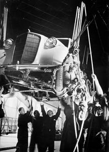 """44820: Kostbare Fracht: Vorsichtig wird der Opel Olympia per Flaschenzug in den Bauch der """"Hindenburg"""" hochgeseilt"""