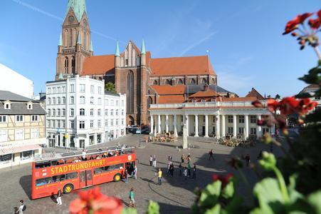 Am 22. Februar zeigen die Schweriner Gästeführer Besuchern und Einheimischen ihre liebsten und schönsten Orte in Schwerin - wie hier an Bord des Doppeldeckers auf dem Altstädtischen Marktplatz