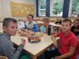 Kinder beim Frühstück im Frühstücksklub der Deutschen Lebensbrücke