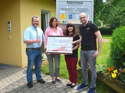 Von links: Stiftungsbotschafter Kay Elzner, Sandra Matz, Alexandra Werner, Arena-Sprecher Marcel Orban