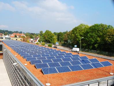 Ein solches Dach schützt und erzeugt Energie – Dank der Arbeit der Dachdecker