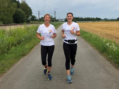 Im Landkreis Deggendorf laufen Heidi Froschauer und Christina Lunglhofer für den virtuellen VR-Lauf von Osterhofen nach Künzing.
