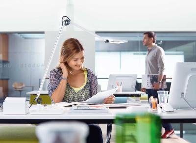 Ein schlecht ausgeleuchteter Arbeitsplatz führt oft zu Fehlhaltungen. Der Grund: Viele Angestellte nehmen Zwangshaltungen ein, um den Bildschirm gut genug erkennenzu können. Eine rückenfreundliche Lampe leuchtet den Arbeitsplatz großflächig und gleichmäßig aus./ Bild: Waldmann/ AGR
