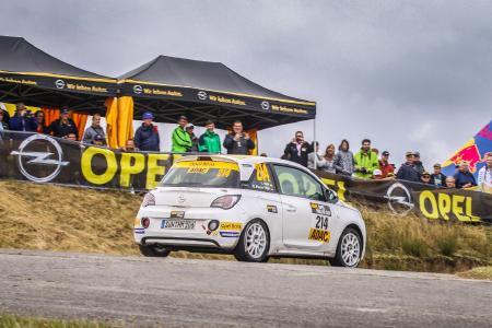 Den Blitz im Herzen: Wie in jedem Jahr reisten zahlreiche Opel-Fans zur Rallye Deutschland an