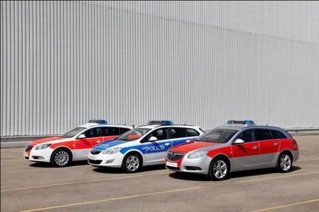 Opel bietet für jeden Rettungseinsatz das richtige Fahrzeug: Neben den Modellen aus der modernen Nutzfahrzeug-Flotte präsentiert Opel auch modifizierte Ausgaben des Insignia Sports Tourer für den Einsatz als Notarzteinsatzfahrzeug (NEF) und als Kommandowagen (KdoW) sowie den Astra Sports Tourer als Polizeifahrzeug. Umgerüstet wurden die Kombis von der Opel-Tochter Opel Special Vehicles GmbH