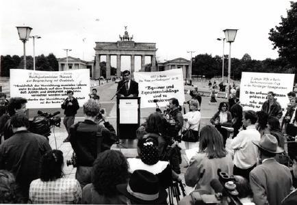 Gedenkveranstaltung mit einer Delegation von 50 Holocaust-Überlebenden vor dem Brandenburger Tor, September 1992. ©Zentralrat Deutscher Sinti und Roma
