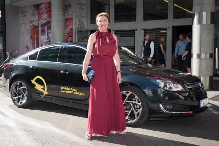 Großer Auftritt: Filmfest-Leiterin Diana Iljine mit Opel Insignia / Foto: Adam Opel AG
