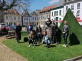 Reihe hinten: Dr. Britta Schulz (Schirmherrin der TinyTalesCon 2021 und Bürgermeisterin der Stadt Kalkar), Dominique van Keeken (Wunderland Kalkar), Marion Fett Walter (Hauptsponsor Fett & Wirtz), Filip Zalewski (Veranstalter TinyTalesCon 2021), The Shark (Moderator), Ganz rechts: Sabine Blum (Hauptsponsor Fett & Wirtz), Reihe vorne: Lara John (Covergirl), Daniele Negroni (2. Platz DSDS und DSCHUNGELCAMP)