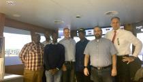 Auf dem Foto sind zu sehen (von links): Ahmad Gandi (Senior Hafenlotse), Suleiman Bakari (Hafenlotse), Moses Muthama (Leiter Hafenbetrieb), Claus Walden (https://dataexchange.hs-bremen.de/exchange?g=y5nnq9uahps), William Ruto (Generaldirektor Hafenbetrieb & Hafenkapitän), Tim Dentler (Hochschule Bremen, IfmS) und Jan Peter (HPS)