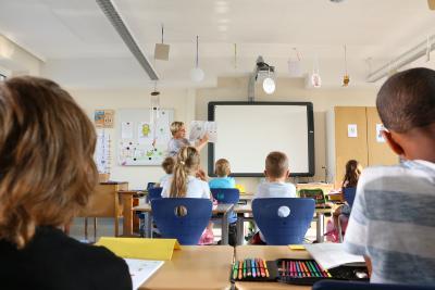 """Klassenlehrerin Agnes Schumann erklärt die Aufgabe: Die Bilder markieren, in denen beim Sprechen der Buchstabe """"O"""" vorkommt"""
