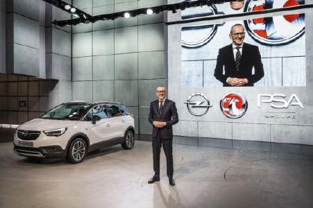 """Genfer Automobilsalon 2017: Modelloffensive: Opel-Chef Dr. Karl-Thomas Neumann erläutert vor dem Crossland X die Strategie """"7 in 17"""", mit sieben neuen Opel-Modellen im Jahr 2017"""
