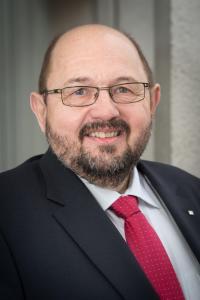 """Foto (VGL Bayern): VGL Bayern-Präsident Gerhard Zäh: """"Unsere Auftragslage im Privatgartenbereich ist aktuell gut in Bayern. Bei öffentlichen Aufträgen wünschen wir uns als GaLaBau-Branche allerdings deutlich mehr Planungssicherheit. Darüber hinaus benötigen wir von der Bundes- und Landespolitik mehr langfristige Förderprogramme für die grüne Infrastruktur."""""""