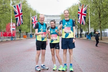 Starkes Trio: Opel-Chef Dr. Karl-Thomas Neumann, Fitness-Trainerin Sonja von Opel und Opel-Finanzchef Michael Lohscheller vor dem Start des London Marathon © GM Company