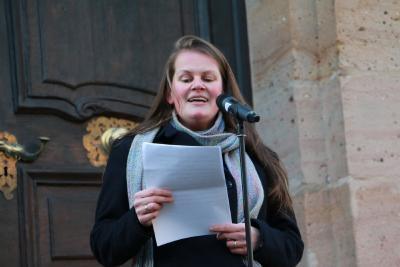 Stephanie Kötschau begrüßte zahlreiche Streikwillige auf dem Lauterbacher Marktplatz; sie dankte für das Engagement und hatte einige Zahlen zur Gewalt gegen Frauen parat. Foto: Gaby Richter