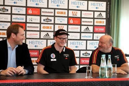 (Foto: hl-studios, Erlangen): v.l. Geschäftsführer Stefan Adam, Nicolai Theilinger und HC-Trainer Frank Bergemann