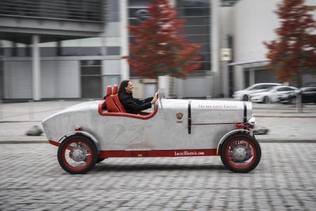 Im Design der Zwanziger: Der Loryc Electric Speedster mit klassischer Aluminium-Karosserie
