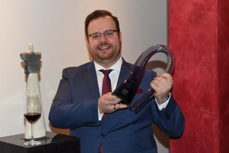 """Maximilian Wilm, Betriebsleiter und Sommelier des Kinfelts Kitchen&Wine aus Hamburg, ist der Gewinner des """"Sommelier-Cups 2020"""" vom Deutschen Weininstitut (DWI)."""