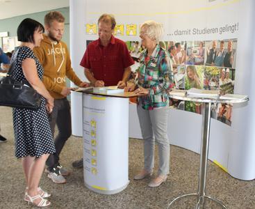 Dorothee Hoffmann (rechts) vom Studentenwerk Osnabrück beantwortete die Fragen des Bewerbers Michael (2. v. l.) und seiner Eltern Manuela und Sönke Balßuweit aus Erfurt