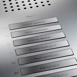 Laserbeschriftung auf einer Siedle-Classic-Türstation aus gebürstetem Edelstahl: Die Konturen sind beeindruckend präzise. (c) S. Siedle & Söhne