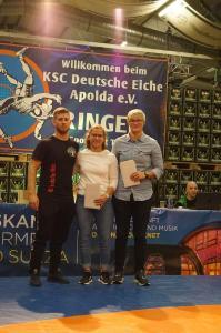 """von links: Trainer Christopher Marx bei der Geschenkübergabe mit Anne Nürnberger und Maria Selmaier / Foto: KSC """"Deutsche Eiche"""" Apolda"""