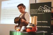 Fachfrau Katja Doering berät am Hufschuh.