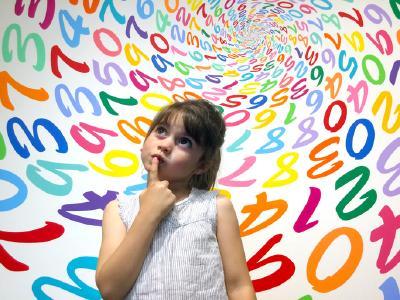 Mutistisches Mädchen in der Grundschule.