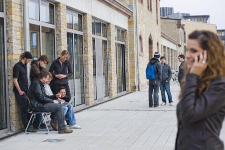Mobile Kommunikation ist heute selbstverständlicher Teil unseres Alltags – auch für diese Studierenden auf dem Hochschul-Campus. Über neue Entwicklungen auf diesem Gebiet informiert eine Fachtagung am 9. und 10. Mai an der HS Osnabrück