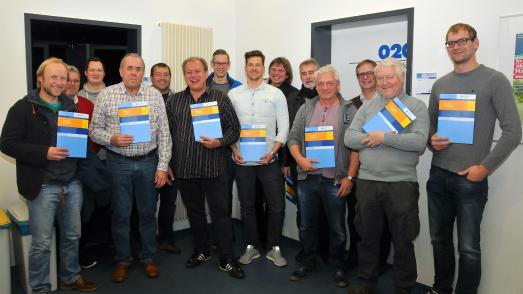Die neuen Gebäudeenergieberater mit ihren Dozenten und Prüfern. Foto: Handwerkskammer Reutlingen