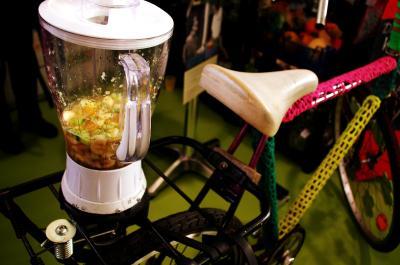 Smoothies mixen aus geretteten Lebensmitteln