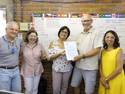 Übergabe des verlängerten Kooperationsvertrages zwischen der Hochschule Bremen und der UFRPE. Von links: Prof. Dr. William Severi (UFRPE), Prof. Dr. Maria do Carmo Figueredo (UFRPE), Rita Maia (Assessora Internacional UFRPE ACI), Prof. Dr. Heiko Brunken (HSB) und Prof. Dr. Glícia Calazans (UFPE) / Foto: Geyza Lustosa (Secretaria Executiva ACI)