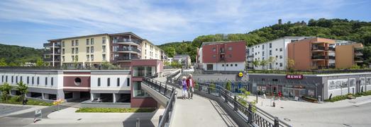 Die direkte Anbindung des Quartiers an die historische Weinheimer Altstadt über eine barrierefreie Fußgängerbrücke ist ein besonders reizvolles städtebauliches Konzept, Foto: Caparol Farben Lacke Bautenschutz/Martin Duckek